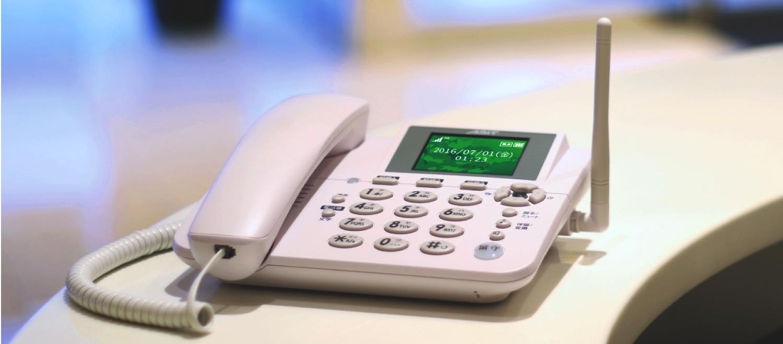 AK-010<br> 格安SIMカードが使用できる固定電話型3GSIMフリー電話機です<br> 設置工事が不要で固定電話の代わりにお使いいただけます<br> オフィスや個人宅はもちろん、イベント会場や災害時の避難場所など、<br> AC電源が確保出来ない場所にも設置可能です